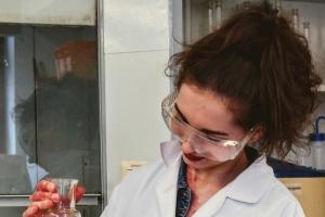 Klasa 1c na zajęciach laboratoryjnych z chemii w Katowicach, 2018 - zdjęcie8