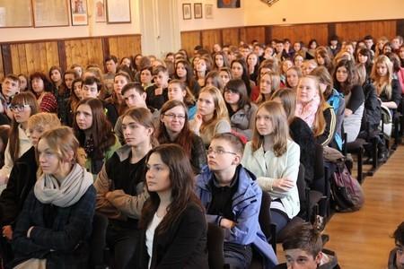 Aula po brzegi pełna gimnazjalistów – Dzień Otwarty I LO